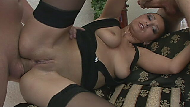 Raven Haired Harlot Sucking A Large Schwanz And Getting Anally Blinked In A Threesome
